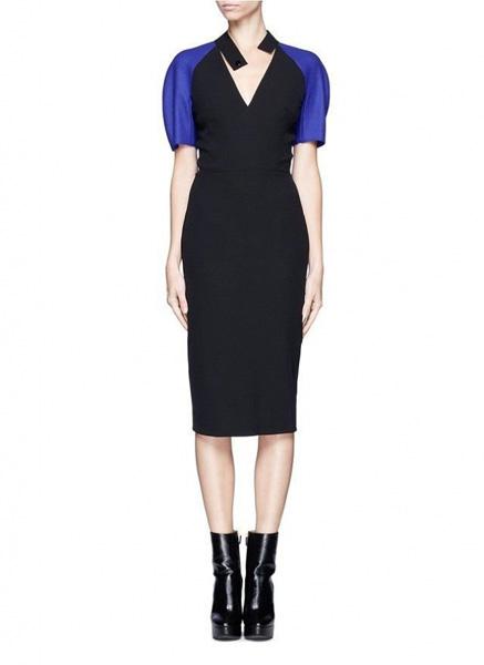 cceabceaea4 Черное платье-футляр с короткими синими рукавами Victoria Beckham ...