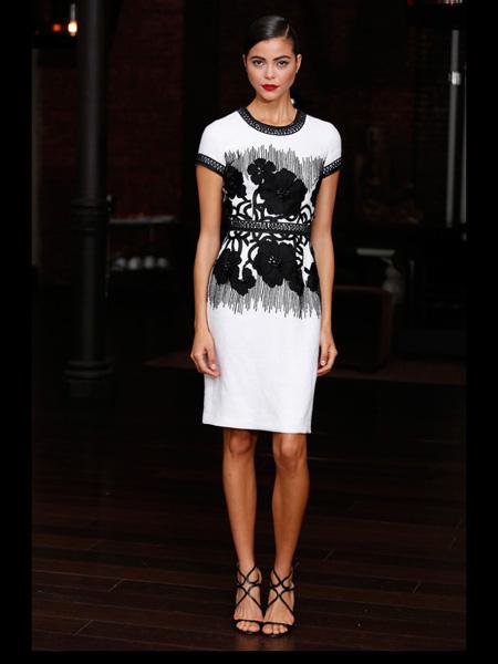 Белое платье с черной аппликацией