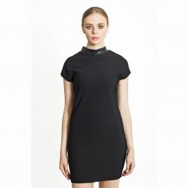 Платье короткое с высоким воротником.
