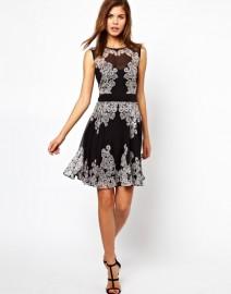 Черное платье украшенное белой вышивкой Asos