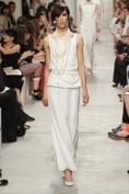 Длинное белое платье с жемчужинами Chanel