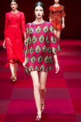 Стильное короткое красное платье с оригинальным принтом Dolce and Gabbana