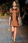 Коричневое платье с черной аппликацией Dolce and Gabbana