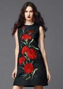Черное платье украшенное красными цветами Dolce and Gabbana