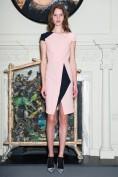 Стильное розовое платье с черной отделкой Roland Mouret