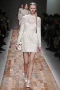 Белое вечернее платье с кружевным воротничком Valentino