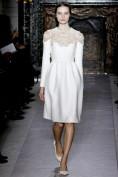 Белое вечернее платье с узором на лифе Valentino
